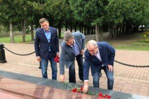 Сергей Неверов возложил цветы к мемориалу в брянском селе, где погиб его дед