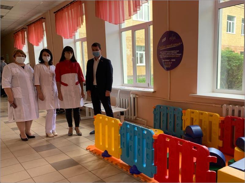 Депутат Брянской облдумы помог оборудовать игровую зону в детской поликлинике