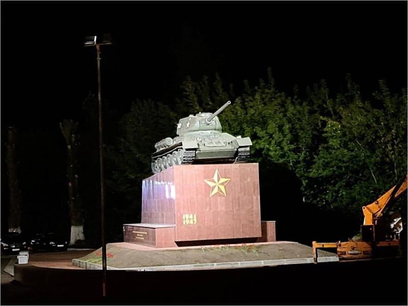 В Брянске накануне Дня города открыт подсвеченный памятник Танкистам