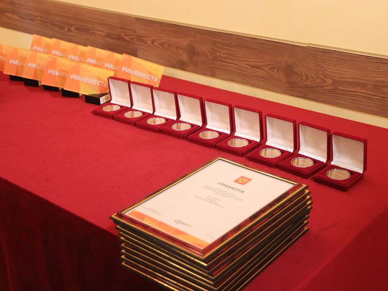 Брянских волонтёров наградили грамотами и памятными медалями президента РФ