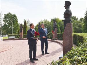 Экс-губернатор Псковской области Андрей Турчак возложил цветы к бюстам псковским десантникам в Брянске