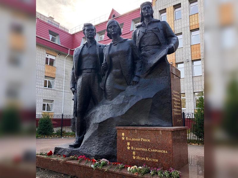 В Брянске открыли обновлённый памятник Трём Героям у лицея №27