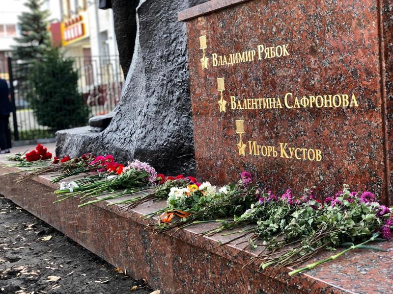 В Брянске открыли обновленный памятник Трем Героям у лицея №27