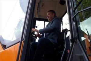 Брянский губернатор лично посидел в кабине белорусского амкодоровского трактора. И захотел такой же