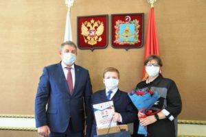 Александр Богомаз вручил ноутбук и шахматы самому юному брянскому победителю «Диктанта Победы»