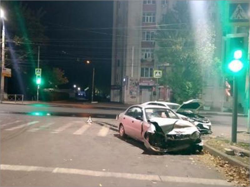 В ночном столкновении двух машин у брянского автовокзала пострадали трое