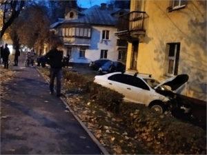 В Брянске легковая машина протаранила дом на Никитинской