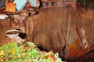 В брянском посёлке Вышков провалился под землю частный дом
