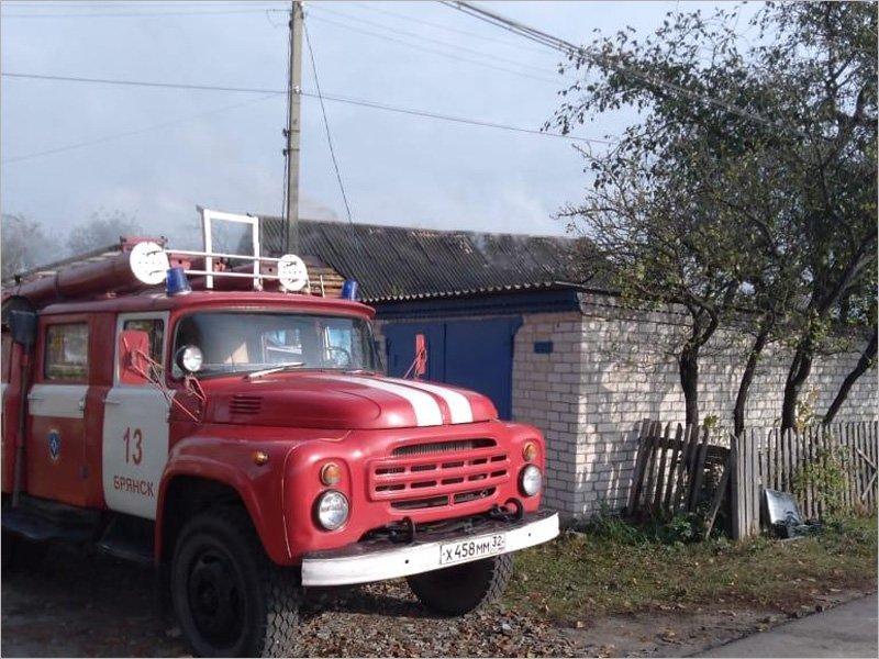 В райцентре Брянского района пожарные около часа тушили горящий дом