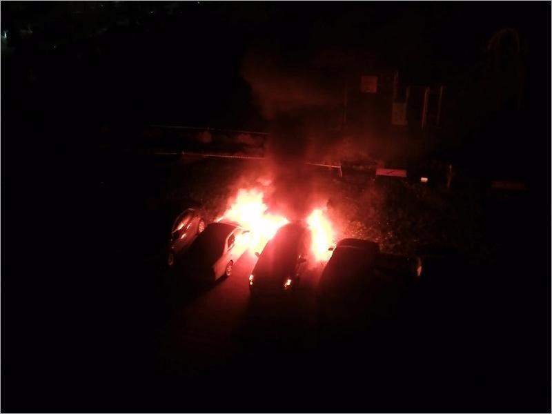 В Брянске ночью сгорели две припаркованные у дома легковые машины