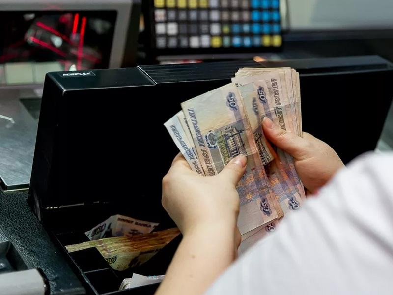 Брянская продавщица «прибавила» себе зарплату, присваивая часть выручки и продуктов