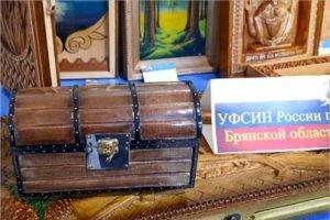 Брянские колонии отправили на продажу в Москву резные иконы и сундуки