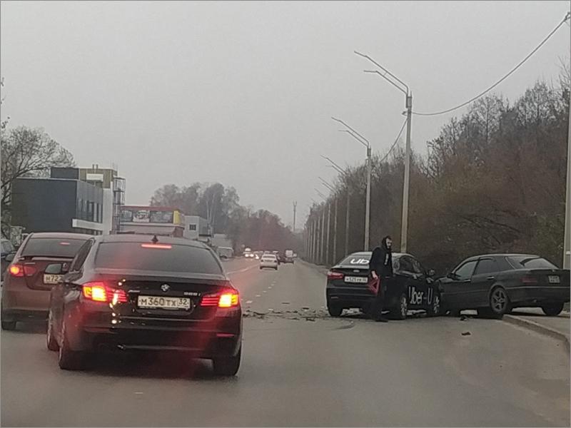Mercedes-Benz спровоцировал «автозамес» на улице Флотской в Брянске