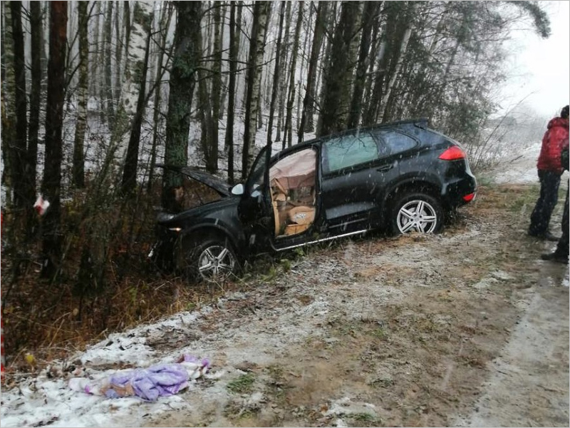 На брянской дороге Porsche Cayenne улетел в кювет. У двоих пассажиров переломы позвонков