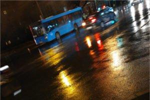 В Брянске на оживлённом перекрёстке пешеход попал под автобус и выжил
