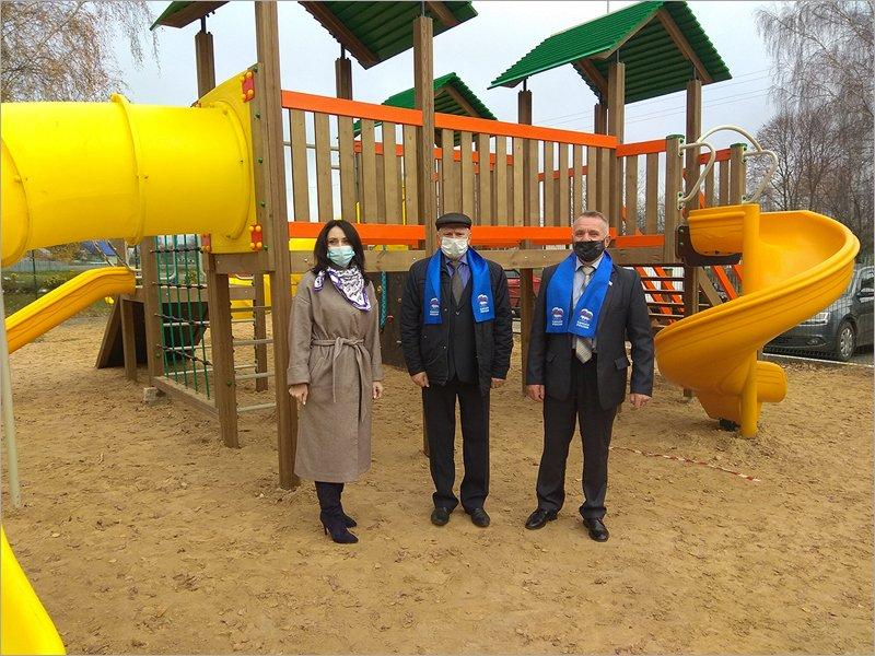 Красногорские единороссы проверили готовность к открытию трёх детских площадок