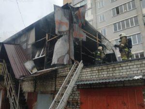 В Брянске сгорело «шанхай-ателье» на крыше гаража