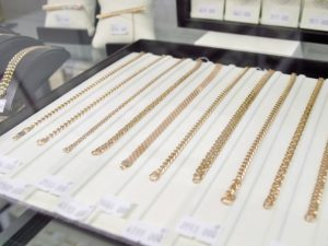 Тульский уголовник ограбил брянский ювелирный магазин, убежав с двумя лотками с золотом