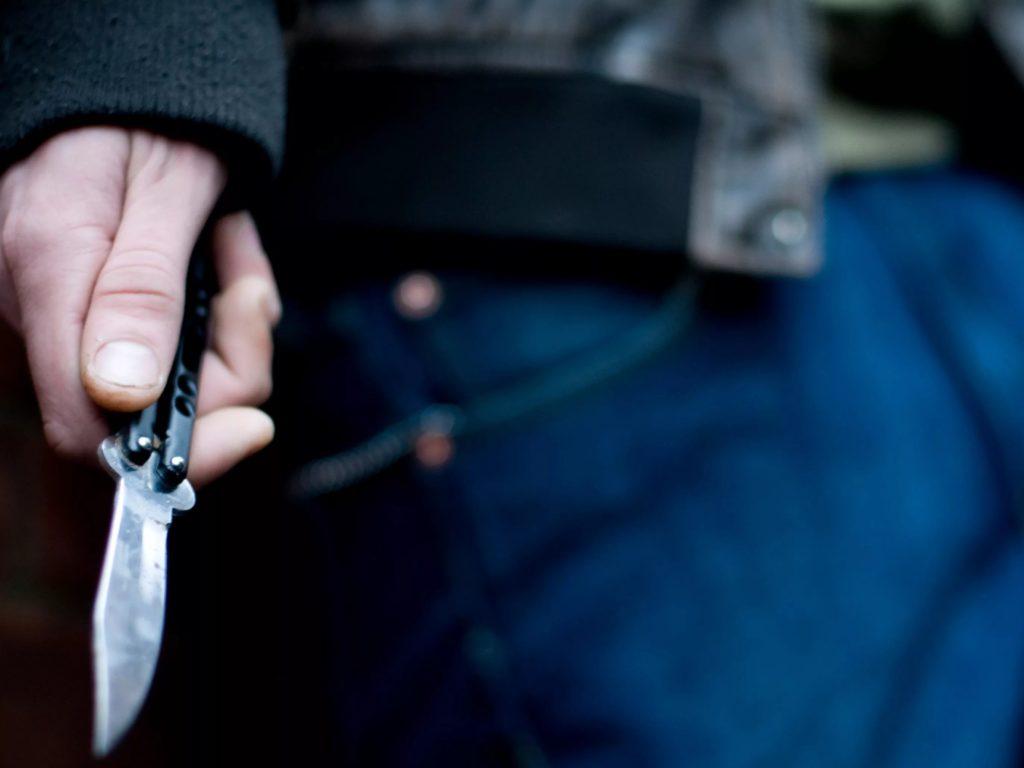 В Брянске пьяный молодой человек спонтанно подрезал гулявшего с девушкой парня