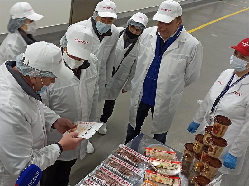 Визит посла Японии Тоёхиса Кодзуки в Брянскую область начался со знакомства с производством говядины «Мираторга»