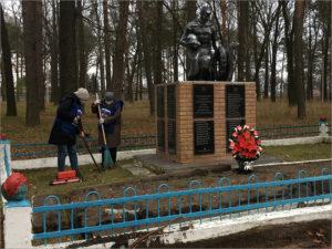 В Навле местные единороссы провели субботник у мемориала воинам Красной армии