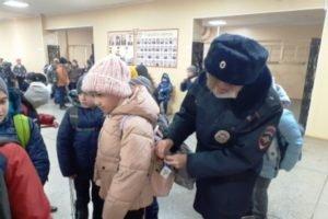 Дорожная полиция пришла в брянские школы раздавать. Отражатели
