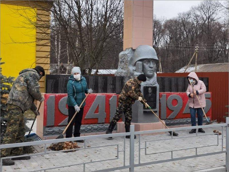 Единороссы провели субботник в клинцовском селе Великая Топаль