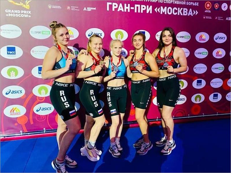 Брянская спортсменка помогла команде России победить в выставочном турнире по пляжной борьбе