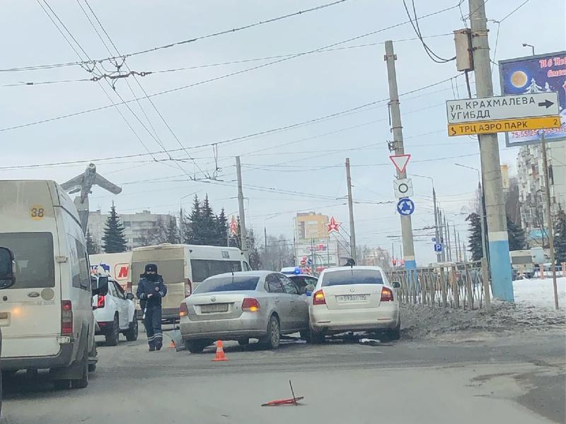 """В результате столкновения иномарок на """"Самолёте"""" пострадал молодой водитель"""