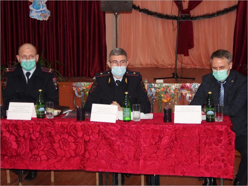 Начальник брянского УМВД похвалил почепских полицейских за службу — один из них дружил с сексуальным садистом из Кожемяк