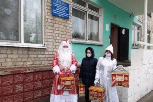Волонтёры БАЗа вручили детям новогодние подарки