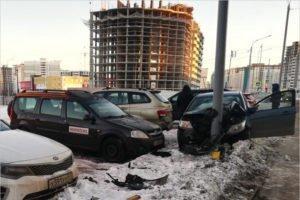Легковушка в Брянске  в воскресенье протаранила парковку — двое  пострадавших