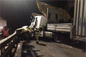На трассе «Украина» под Брянском неуправляемый КАМАЗ раздавил минивэн и протаранил экскаваторы. Трое травмированных