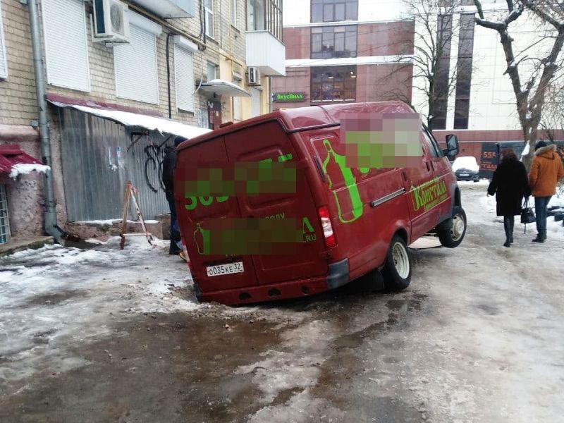В центре Брянска фургон провалился в яму на дороге