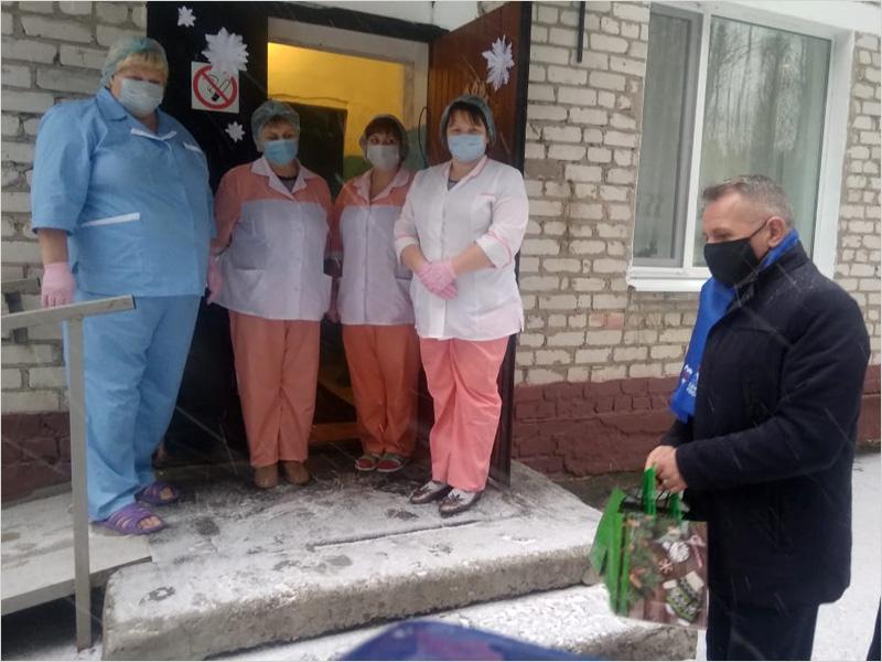 В Брянской области новогодние подарки получат и дети, и люди преклонного возраста