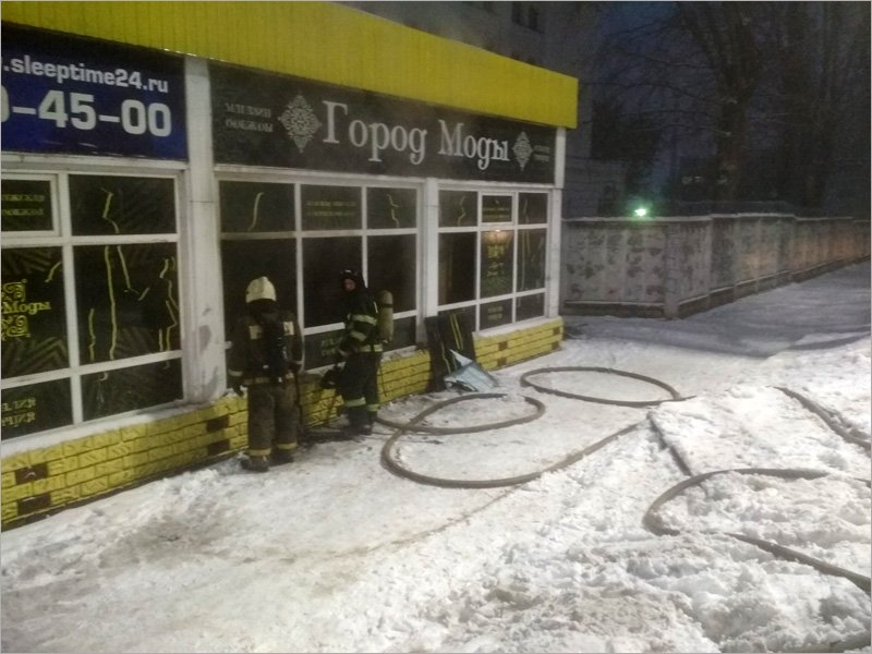 В Брянске рано утром сгорел магазин-«стекляшка» рядом с хлебозаводом на Красноармейской