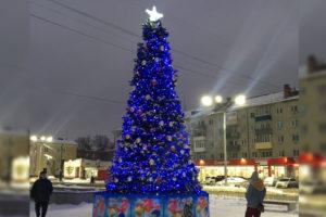 В обновленном сквере «Литий» в Брянске появилась искусственная ёлка в синих тонах