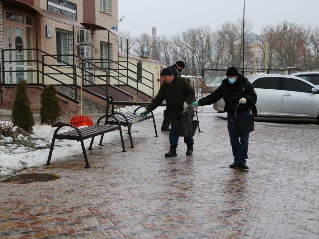 Власти Брянска пытаются бороться с ледяным дождем и гололедицей