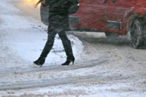 Иномарка покалечила женщину, перебегавшую дорогу в неположенном месте в Володарском районе