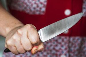 Поссорились: жительница Брянска по пьяни зарезала супруга кухонным ножом
