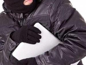 Ловкий брянский вор не смог спрятать от камер наблюдения кражу ноутбука