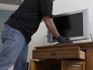 Любовь слепа: в Брянске вор-рецидивист прихватил телевизор из квартиры возлюбленной