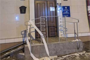 Неизвестные украсили брянский офис ЛДПР туалетной бумагой