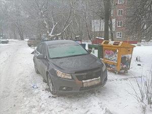 Брянские коммунальщики жалуются в ГИБДД на любителей парковаться у мусорки
