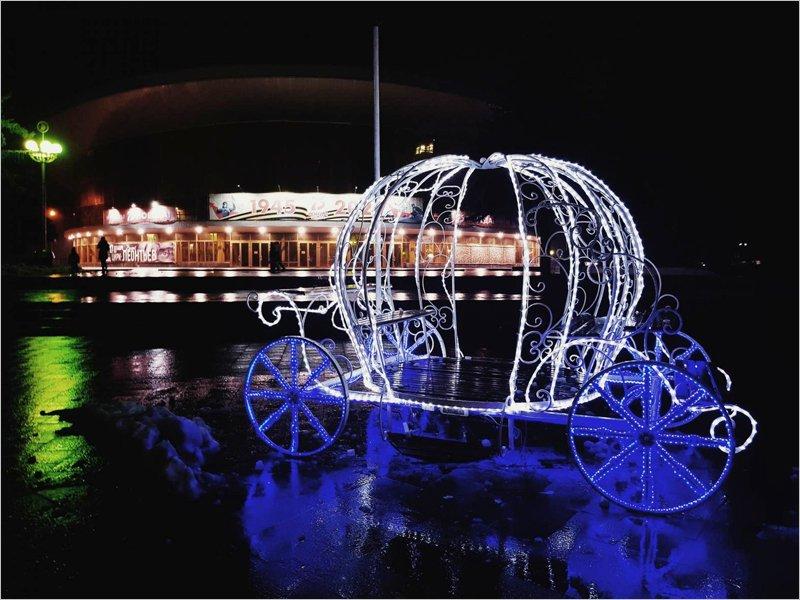 Первая ёлка, прошлогодние инсталляции, коронавирусная скромность: Брянск украшают к Новому году сильно заранее