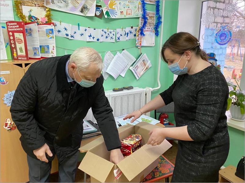 «Ёлка желаний»: в Новозыбкове единороссы поздравляют малышей
