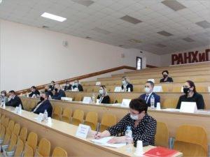 Руководители областных департаментов получили бумажные удостоверения курса «Цифровизация в госуправлении»
