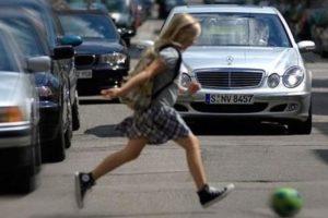 В Брянске иномарка сбила внезапно выбежавшего на дорогу ребенка. Девочка госпитализирована
