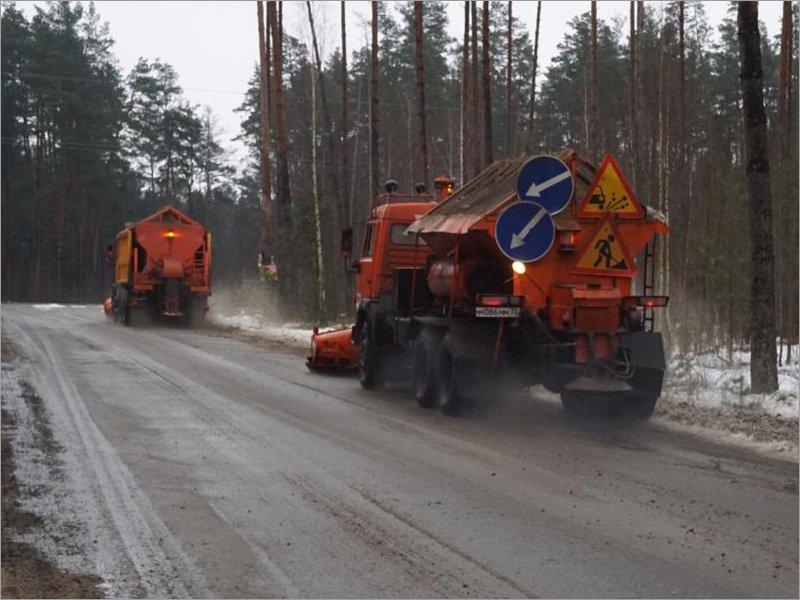 Гололёд в Брянске и окрестностях: на дороги высыпаны тысячи тонн песка, тротуары превратились в каток