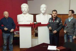 Брянские коммунисты отметили день рождения тов.Сталина возложением цветов